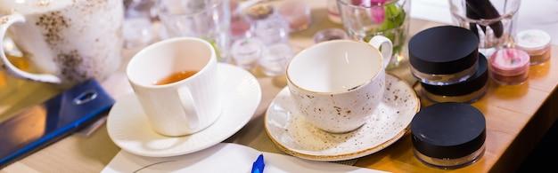 Dwie filiżanki herbaty na śniadanie na stole i herbata o piątej godzinie?