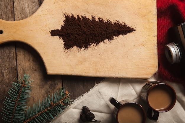 Dwie filiżanki kawy na drewnianym