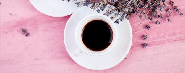 Dwie filiżanki kawy z bukietem kwiatów