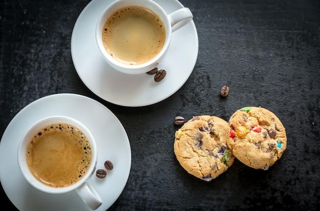 Dwie filiżanki kawy z ciasteczkami