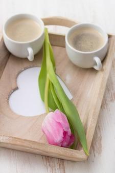 Dwie filiżanki kawy z tulipanem