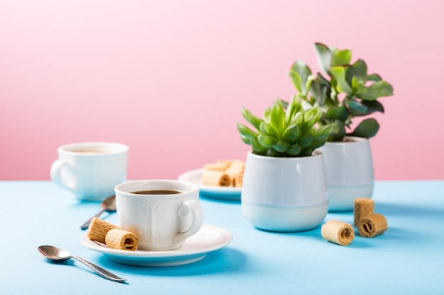 Dwie filiżanki kawy z waflowymi rolkami
