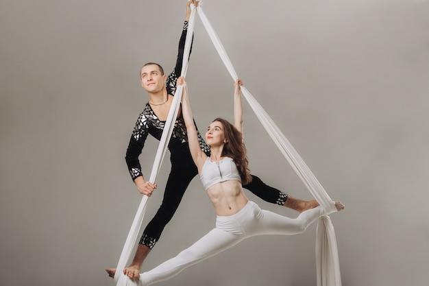 Dwie gimnastyczki lotnicze wykonujące akrobacje jedwabne