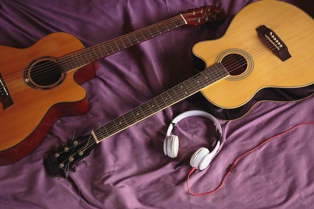 Dwie gitary klasyczne na łóżku. widok z góry