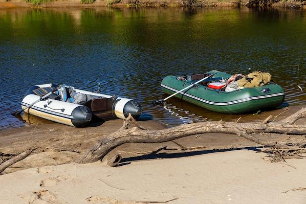 Dwie gumowe łodzie na rzece