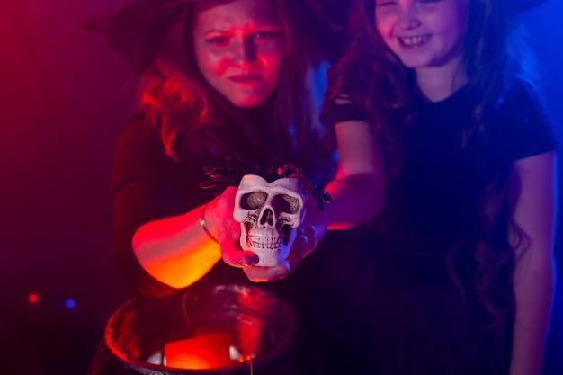 Dwie halloweenowe czarownice robiące magię w halloweenowych nocnych magicznych świętach i mistycznej koncepcji