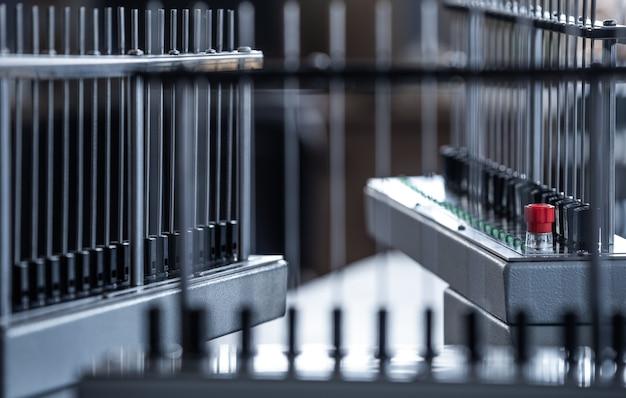 Dwie instalacje elektroniczne rurek i czujników światła znajdują się w produkcji układów automatyki. koncepcja tajnego sprzętu strategicznego i wojskowego