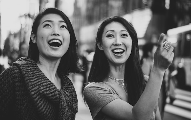 Dwie japońskie kobiety w tokio w ciągu dnia. robienie zakupów i dobra zabawa