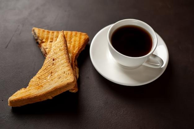 Dwie kanapki i kawa na kamiennym tle