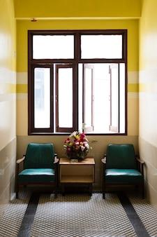 Dwie kanapy z żółtą ścianą
