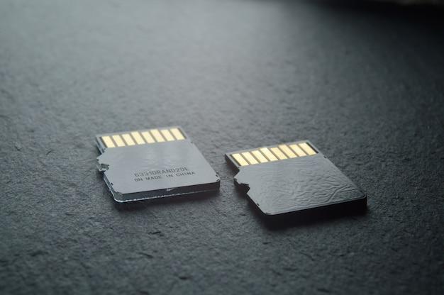 Dwie karty micro sd leżą, ze złotymi stykami u góry. zbliżenie.