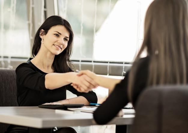 Dwie kobiety biznesu ściskają sobie ręce