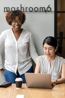 Dwie kobiety biznesu współpracują ze sobą
