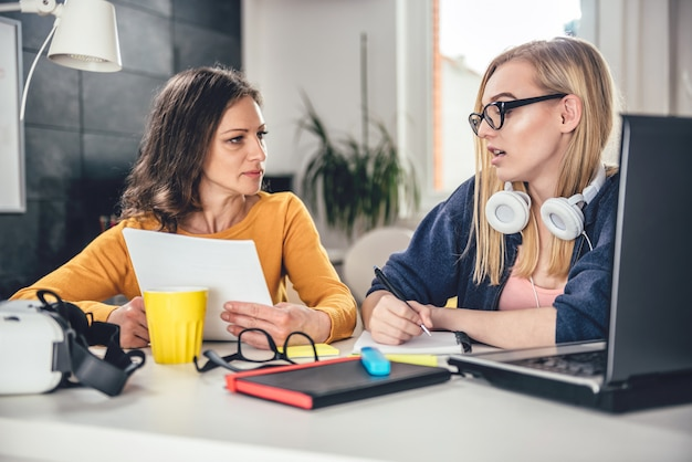 Dwie kobiety biznesu za pomocą komputera