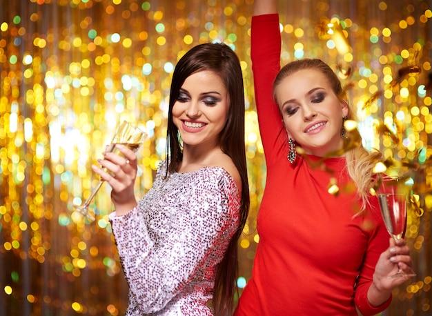 Dwie kobiety dobrze się bawią