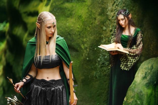 Dwie kobiety elfy spaceru w lesie