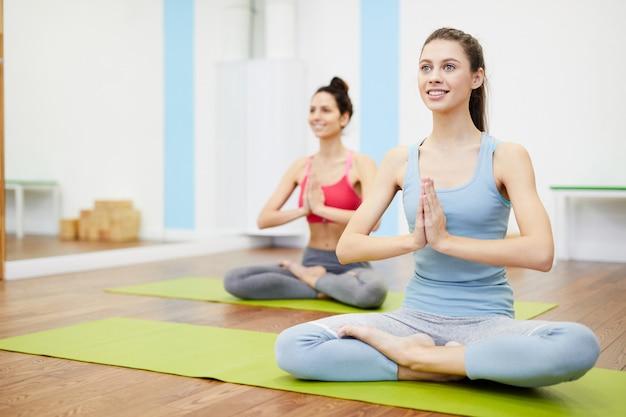 Dwie kobiety korzystające z jogi