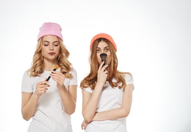 Dwie Kobiety Kosmetyki Glamour Moda Styl życia Jasnym Tle. Wysokiej Jakości Zdjęcie Premium Zdjęcia