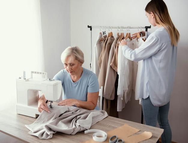 Dwie kobiety krawieckie w studio pracując razem