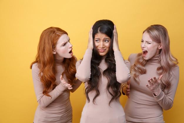 Dwie kobiety krzyczą na swojego przyjaciela