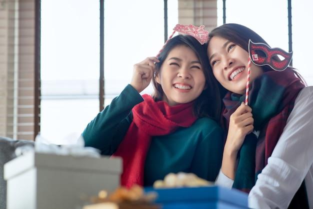 Dwie kobiety lubią świętować boże narodzenie i nowy rok w domu w grudniu