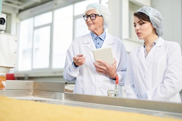 Dwie kobiety nadzorujące produkcję w fabryce