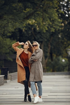Dwie kobiety stojące w mieście jesienią