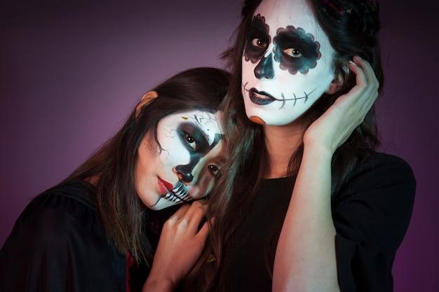 Dwie kobiety ubrane jak czarownice
