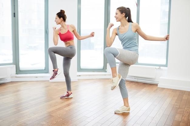 Dwie kobiety uprawiające aerobik