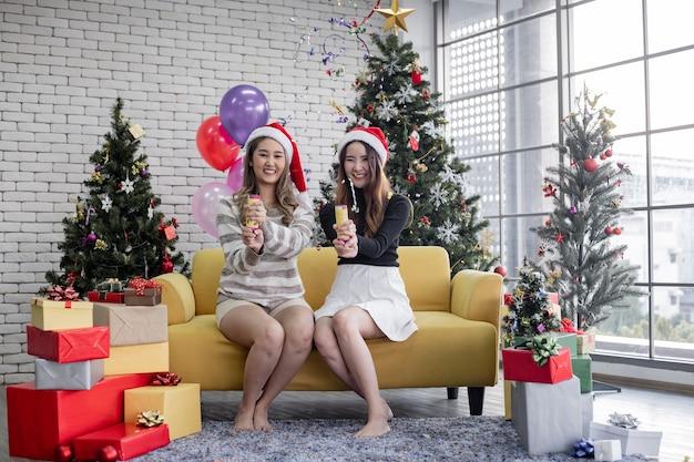 Dwie kobiety w party cracker z konfetti w domu