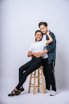 Dwie kochanki przytuliły się i usiadły na krześle.