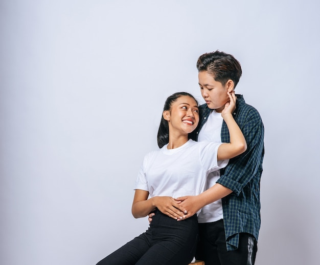 Dwie kochanki stojące i przytulanie od tyłu.