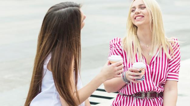 Dwie koleżanki, ciesząc się kawy