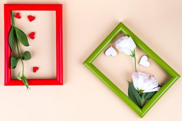Dwie kolorowe ramki z czerwonymi sercami i kwiatami