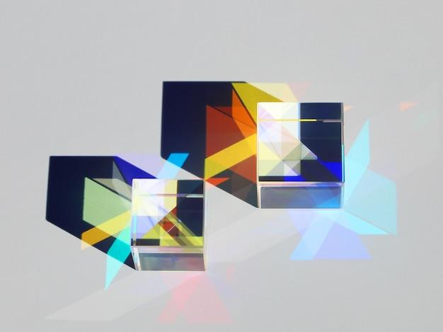 Dwie kostki x rzucają cienie i tworzą kolorowy wzór