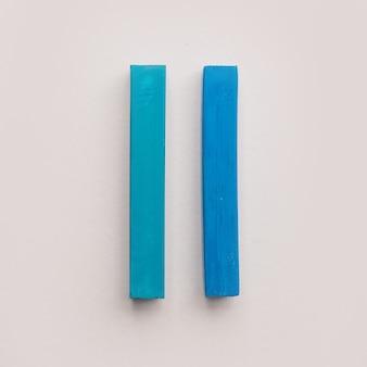 Dwie kredki z niebieskiej pastelowej kredki