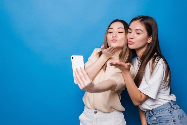 Dwie ładne dziewczyny robią selfie. nowoczesny styl życia.