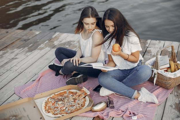 Dwie ładne dziewczyny w letnim parku