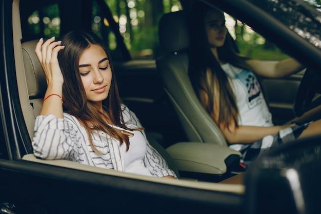 Dwie ładne dziewczyny w samochodzie