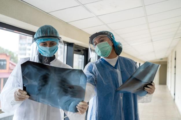 Dwie lekarki patrząc na zdjęcia rentgenowskie płuc w nowoczesnej klinice. opieka zdrowotna