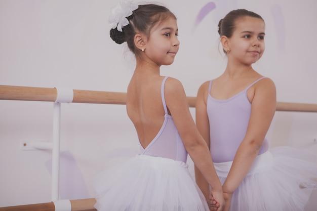 Dwie małe baletnice rozmawiają po lekcji tańca