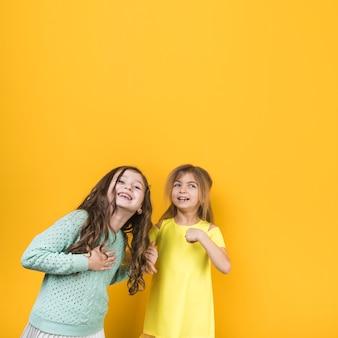 Dwie małe dziewczynki się śmieją