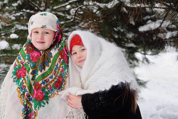 Dwie małe dziewczynki w futrach i rosyjskich chustach