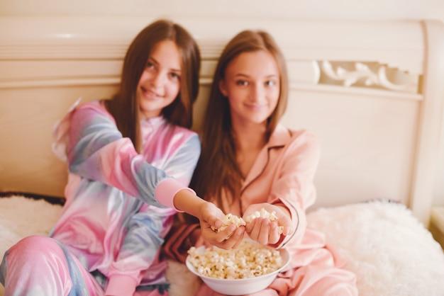 Dwie małe dziewczynki w uroczej piżamie