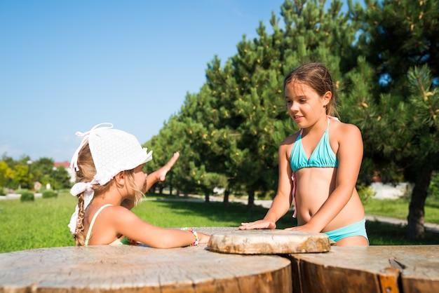 Dwie małe piękne dziewczynki bawią się razem