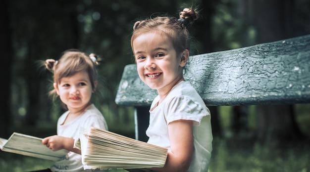 Dwie małe siostry czyta książkę