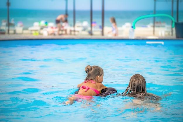 Dwie małe siostry pływają