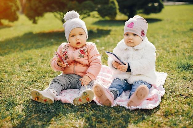 Dwie małe siostry w parku