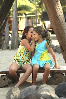 Dwie małe tajne rozmowy przy użyciu letniej koszuli z kwiatem słońca