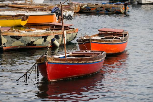 Dwie malownicze łodzie w porcie
